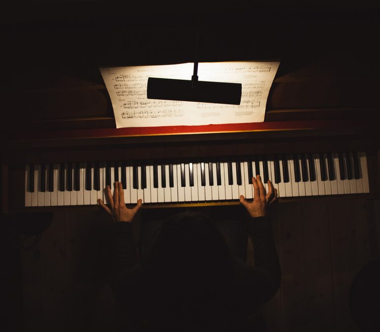 Je veux apprendre à jouer du piano – combien coûte un cours de piano?